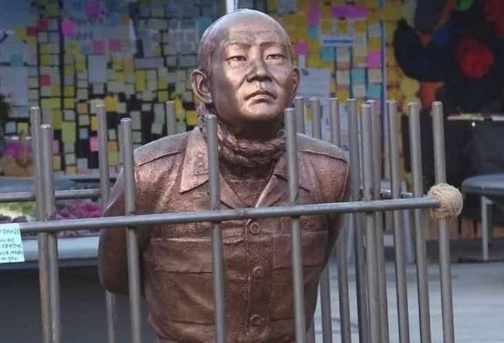韓國前總統、「光州屠夫」全斗煥的下跪銅像在首爾光化門展出,市民團體要求政府再次逮捕全斗煥。(圖擷自「kimscabin」IG)