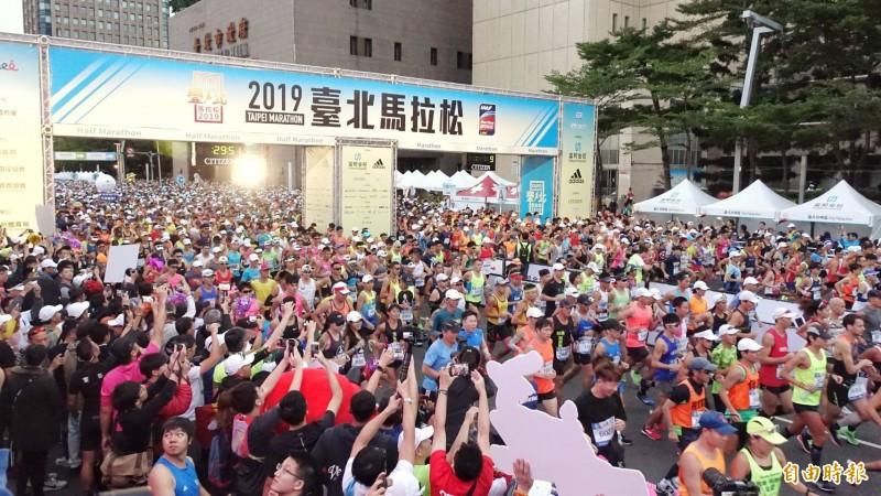 台北馬拉松今上午6點半於台北市政府前廣場開跑。(記者方賓照攝)