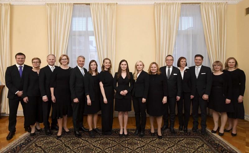 芬蘭新總理莎娜馬林(Sanna Marin)於12月10日率領新內閣召開記者會。(法新社)