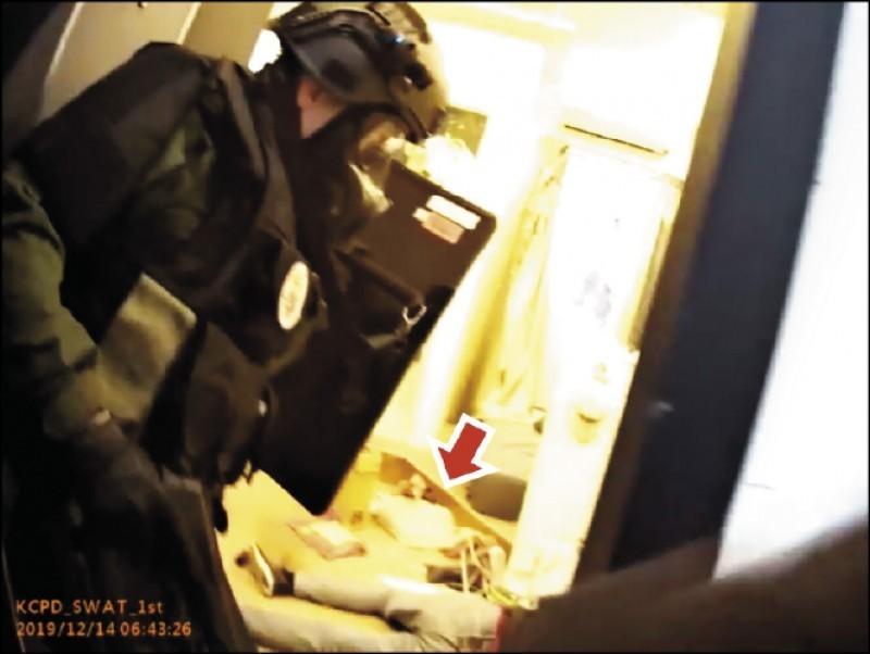 警方破門攻堅,炸彈犯吳富鋐右手握引信,警連轟5槍制伏。(記者黃良傑翻攝)