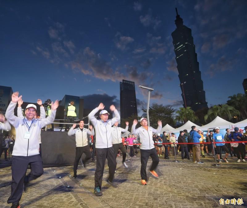 2019台北馬拉松15日舉行,台北市長柯文哲出席為選手鳴槍,並帶領選手做熱身操。(記者方賓照攝)