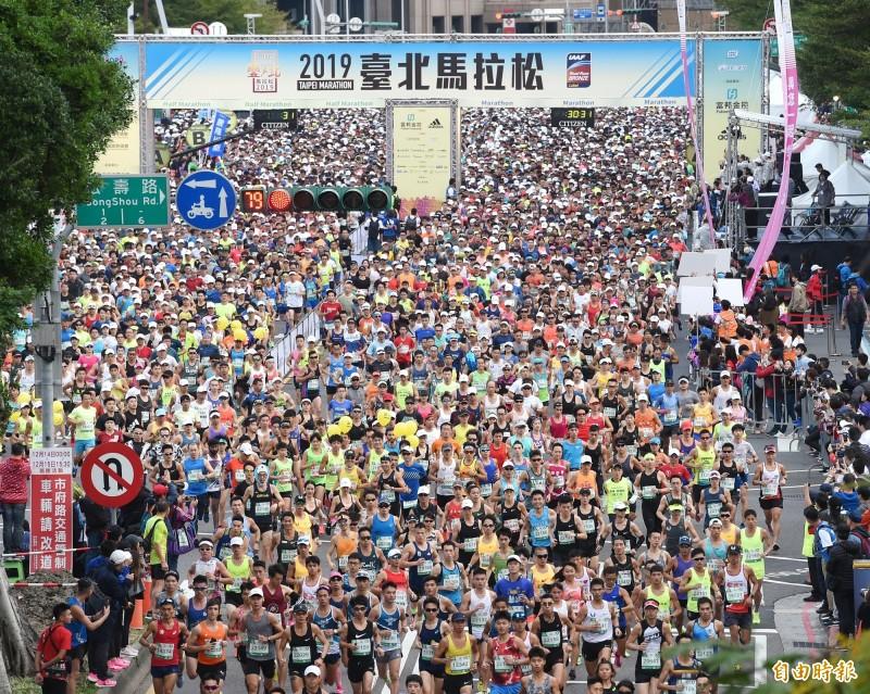 2019台北馬拉松15日舉行,共有2萬8千名選手共襄盛舉。(記者方賓照攝)
