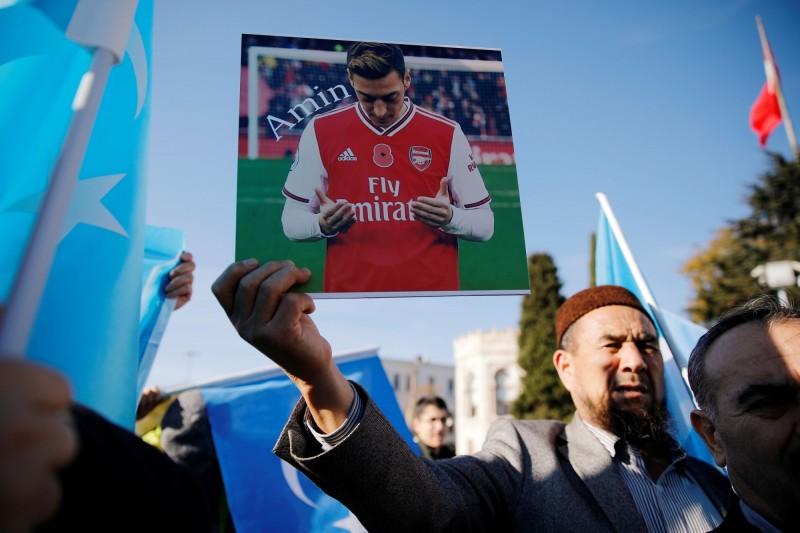 土耳其維吾爾人14日在伊斯坦堡示威,高舉厄齊爾肖像抗議中國打壓新疆。(路透)