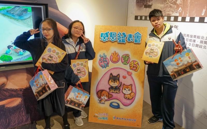 3位熱愛繪畫的學生出席繪本發表會。(淡水區公所提供)