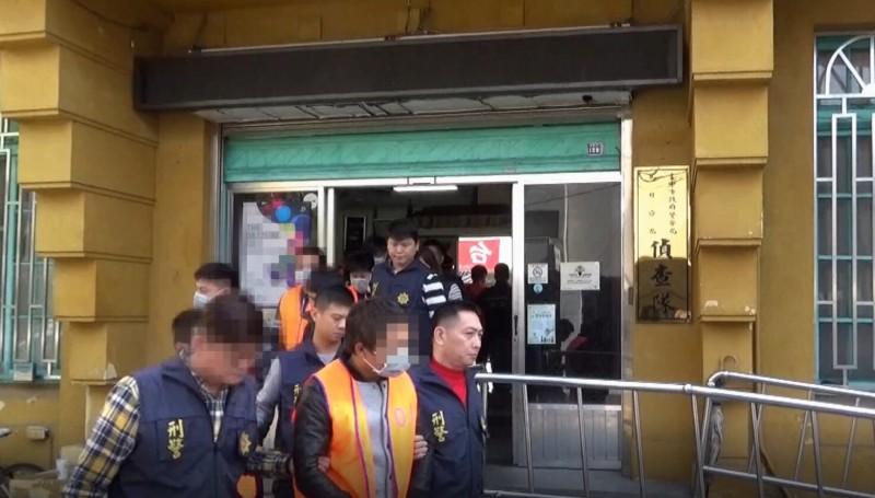 中市警方配合執行全國選前同步掃黑,也將提報治平對象的吳嫌及手下檢肅到案。(記者許國楨翻攝)