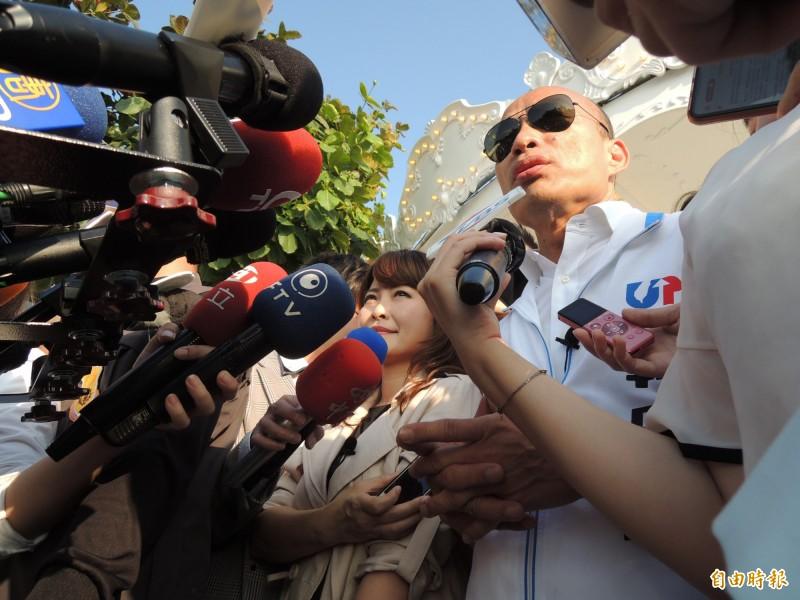 高雄市長韓國瑜為愛情摩天輪再嗆交通部長林佳龍。(記者王榮祥攝)