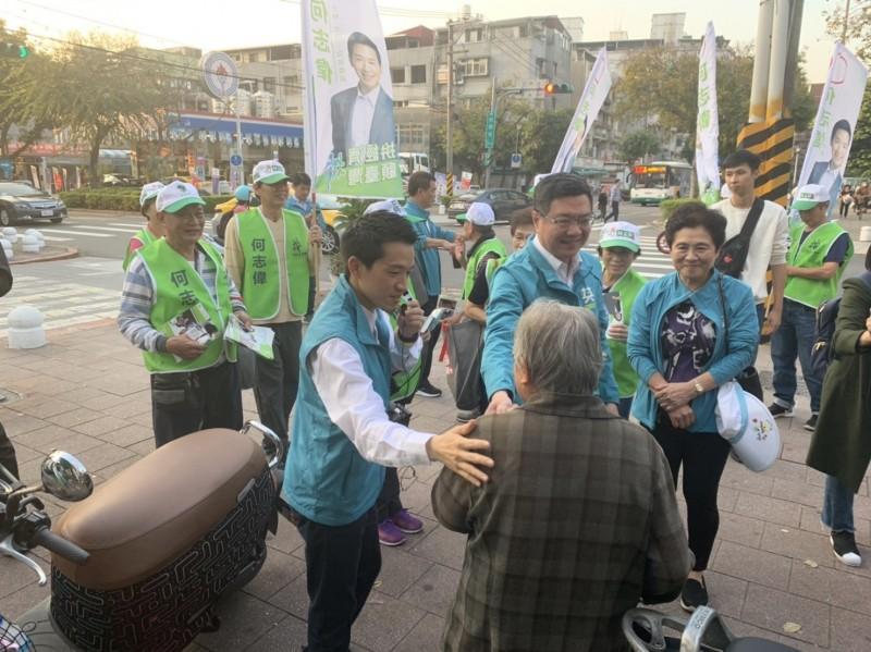 民進黨主席卓榮泰(中)今下午陪同民進黨第二選區立委何志偉掃街,他認為何志偉選區應該很樂觀。(何志偉辦公室提供)
