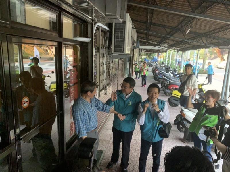 卓榮泰(中)與選民互動。(何志偉辦公室提供)