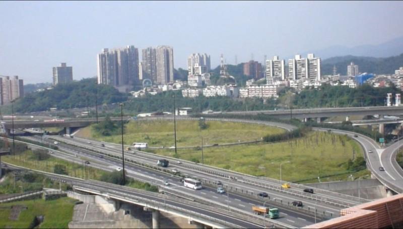 國道一號汐止交流道新增南入匝道案今天獲行政院核定,圖為汐止交流道銜接高速公路現況。(交通局提供)