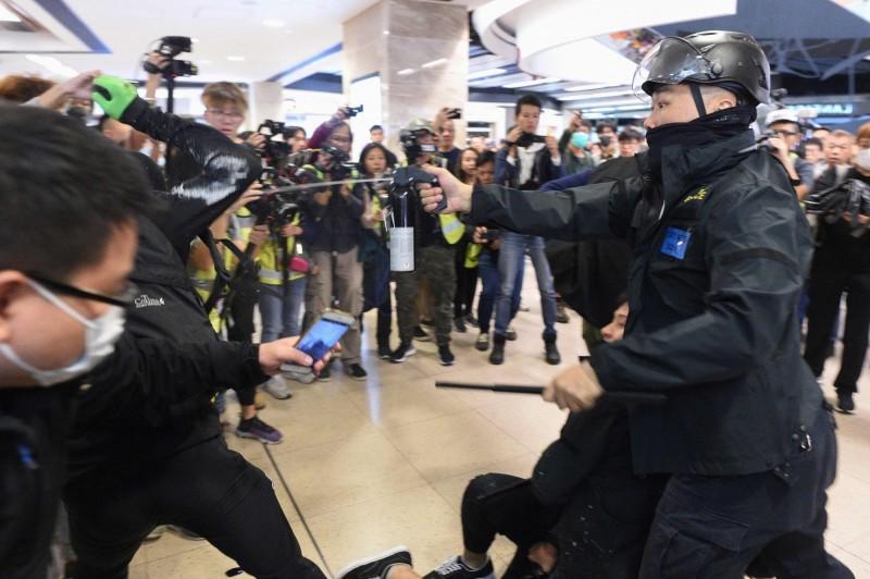 「反送中」示威者昨再度發起示威行動,與警方爆發衝突,其中有多名記者在現場被暴力對待。(法新社)