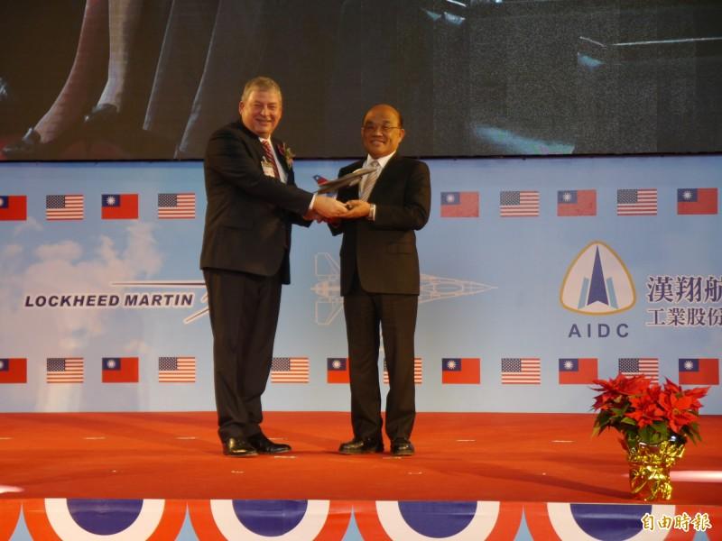 行政院長蘇貞昌(右)見證漢翔與洛馬公司簽署策略聯盟協議。(記者張軒哲攝)