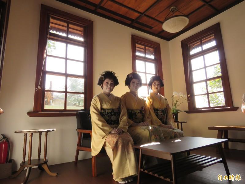 開幕茶會的「千鶴流」日本舞者在應接室(洋室客廳)合影。(記者陳心瑜攝)