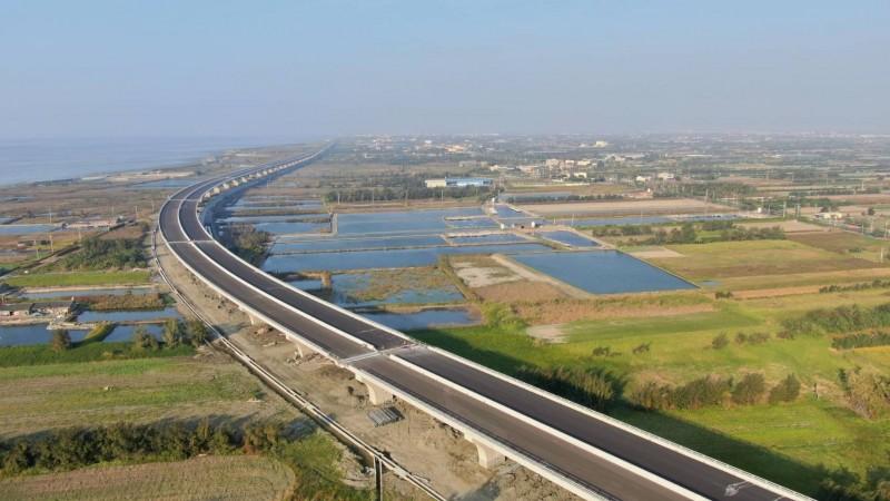 「西濱彰化路段」預計本月底通車,宣告中部路段最後一哩路達陣。(圖交通部公路總局提供)