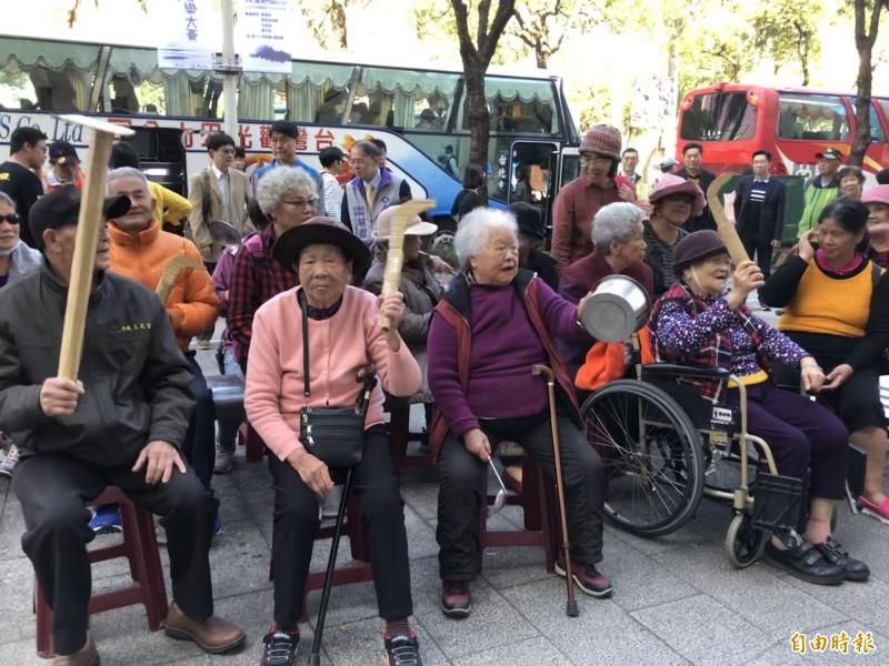 70名白髮蒼蒼的居民到礦務局遞交陳情書,並喊出「護水源、反開礦、砂石車若來,恁祖媽就跟你拚了」口號,表達守護家園的決心。(記者羅綺攝)