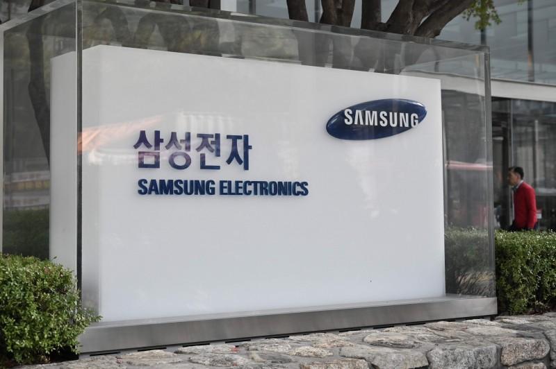 南韓手機大廠三星董事會主席李尚勳(Lee Sang Hoon)今(17)日成立,法院判處董事會主席李尚勳18個月徒刑。。圖為三星首爾瑞草大樓標誌。(法新社)