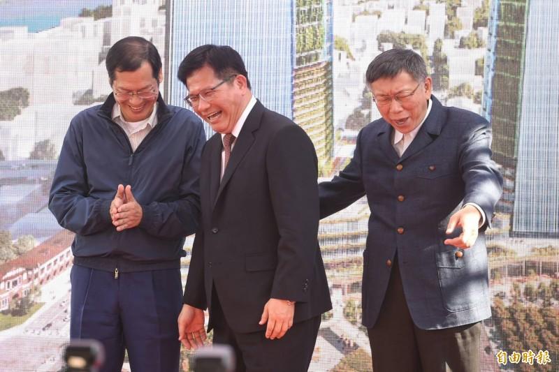 臺北市長柯文哲(右)與台北雙星董事長許崑泰(左)17日就台北車站特定專用區C1/D1土地開發案簽約,交通部長林佳龍(中)也出席見證簽約儀式。