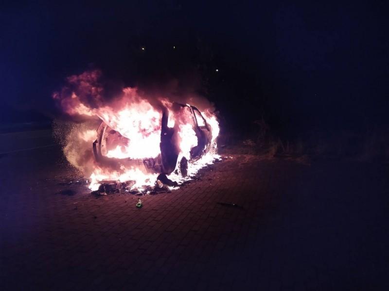 18日凌晨近4點許,台南市南區清水路與安平商港聯外道路路口1處空地驚傳1輛汽車失火。(記者王俊忠翻攝)