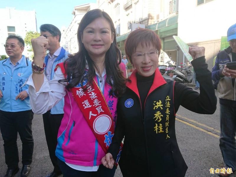 國民黨南市立委候選人洪秀柱(右)與林燕祝(左)參加立委選舉號次抽籤。(記者洪瑞琴攝)