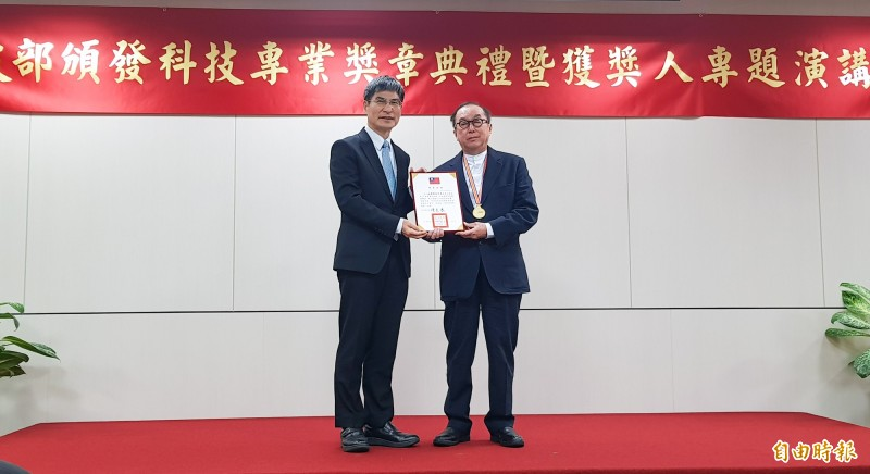 廣達電腦董事長林百里(右)獲頒一等科技專業獎章。(記者簡惠茹攝)