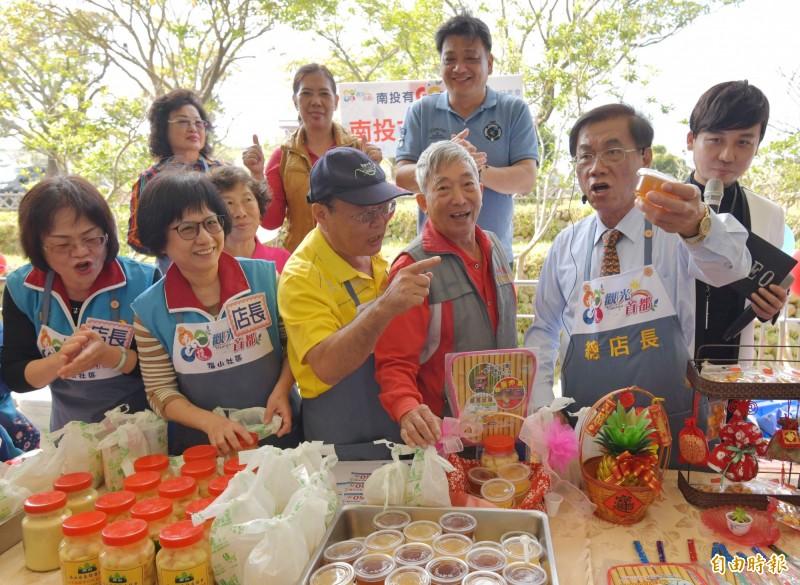 南投縣長林明溱(左5),昨在社區快樂購市集扮「總店長」,叫賣社區自產自銷農特產品。(記者張協昇攝)