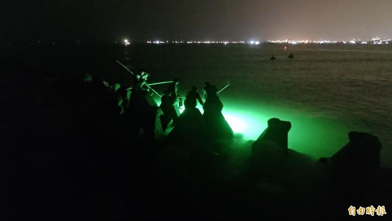 屏東沿海鰻苗睽違近20年大出,吸引許多民眾前來捕撈賺外快。(記者陳彥廷攝)