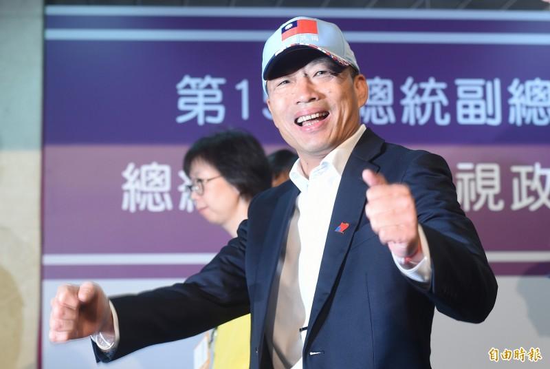 韓國瑜對媒體豎起大拇指,表達自己相當開心。(記者廖振輝攝)