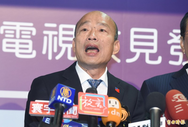 王定宇點出韓國瑜在政見會當中製造的5大謠言,並諷刺現在上網隨便查都能找到正解。(記者廖振輝攝)