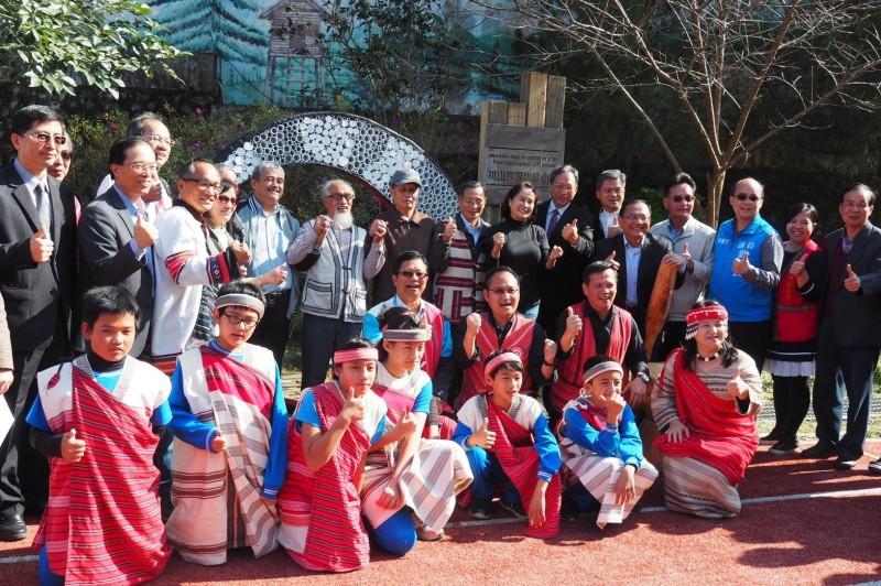 在國立清華大學原住民族課程發展協作北區中心的輔導下,新竹縣尖石、五峰兩原鄉「Tnunan 課程發展策略聯盟」五所學校,齊聚一堂分享成果。(桃山民族實驗小學提供)