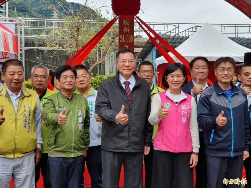 台灣自來水公司總經理胡南澤(中)與立法委員吳琪銘(左2)、蘇巧慧(右2)到場主持開工典禮。(記者邱書昱攝)