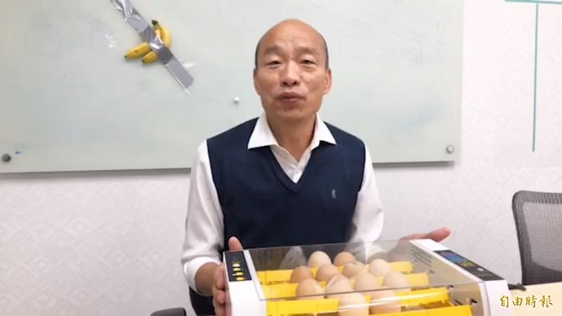 韓國瑜直播準備了雞蛋和孵化器,指政府要當青年的孵化器。(記者許麗娟攝)