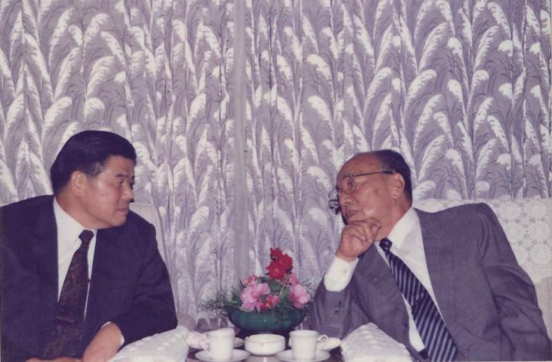 1992年曾資政(左)與楊尚昆會談時合影。(圖擷自張榮豐臉書)