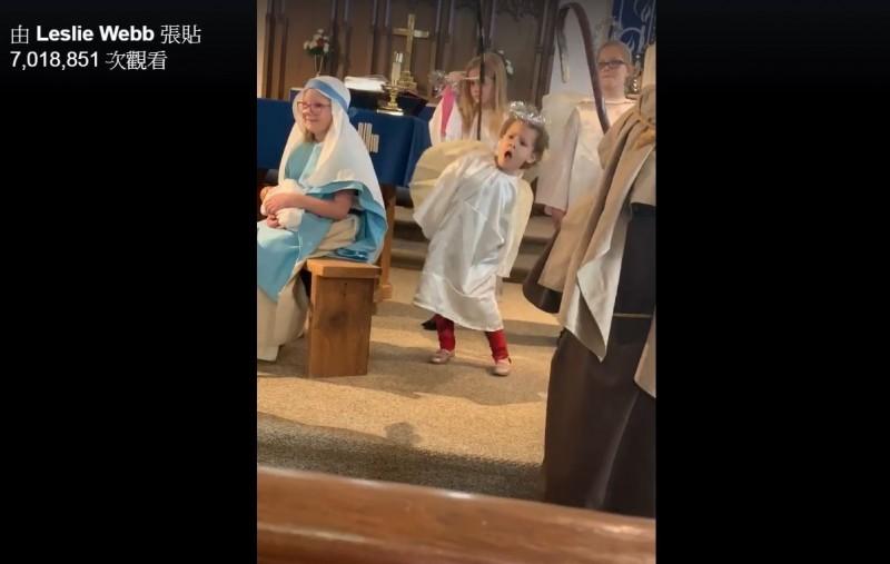 隨著耶誕節即將到來,許多教會都會舉辦活動,慶祝耶穌誕辰,近日,美國有名在教會耶誕活動扮演小天使的女童,表演時突然「脫稿演出」,在台上自顧自的跳起「獨創動感舞蹈」,魔性的舞姿被媽媽放上臉書後,不僅獲得超過700萬次點閱,還遭到網友瘋狂轉發、留言,除了直呼「太可愛」,更有網友「求教學」!(圖擷取自臉書 Leslie Webb)