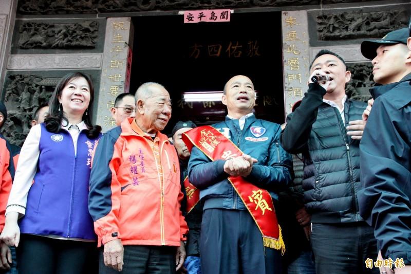 韓國瑜在金門浯島城隍廟主委張耀芸(左)和金門縣長楊鎮浯的陪同下參拜城隍爺。(記者許麗娟攝)