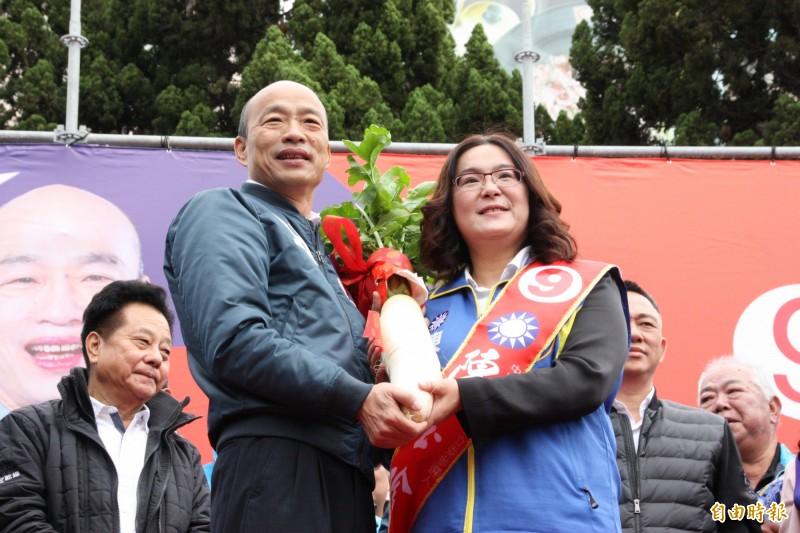 韓國瑜送象徵好采頭的菜頭給藍營立穠候選人陳玉珍。(記者許麗娟攝)
