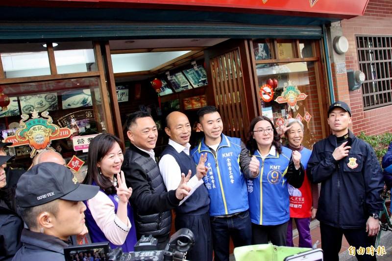 韓國瑜在金門與支持的店家合照。(記者許麗娟攝)