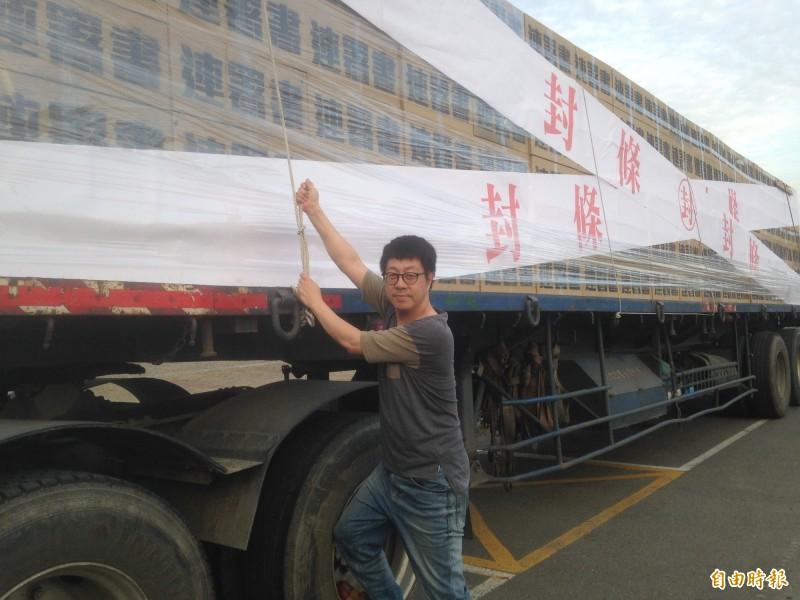 尹立押運30萬份罷韓連署書裝置藝術。(記者黃旭磊攝)