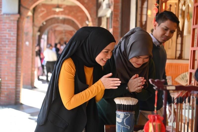 打造台灣為穆斯林首選旅遊地,觀光局邀大馬女星蜜拉菲爾莎(Mira Filzah)來台拍片。(觀光局提供)