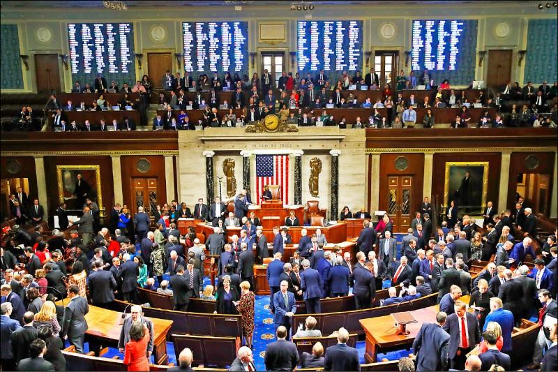 美國國會眾議院全院十八日就川普總統的兩項彈劾條款進行表決。(美聯社)