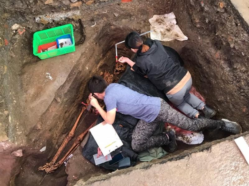 基隆市和平島西班牙修道院考古現場,19日又挖掘到遺駭,這已是今年第10具遺駭;基隆市文化局長陳靜萍表示,此基地將會全面開挖,期盼教堂遺跡能全區重現。(記者俞肇福翻攝)