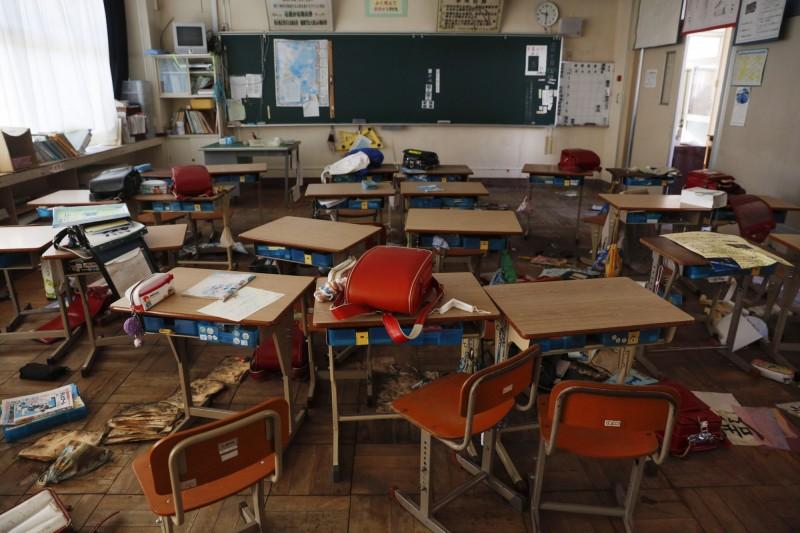 地震中學生慌忙逃離,物品散落四處的廢棄教室。(美聯社)
