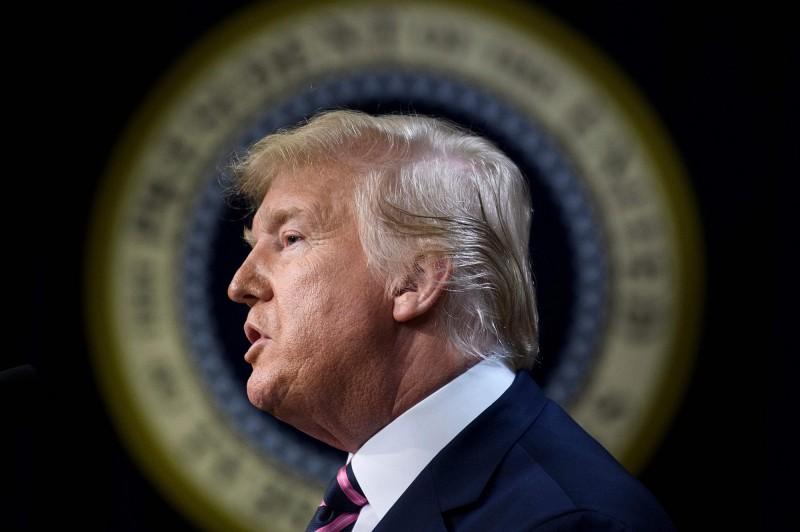 美國眾議院日前表決通過總統川普彈劾案,但民主黨議長拒絕將案件移交參議院,川普今(20)日要求「立即審判」。(法新社)