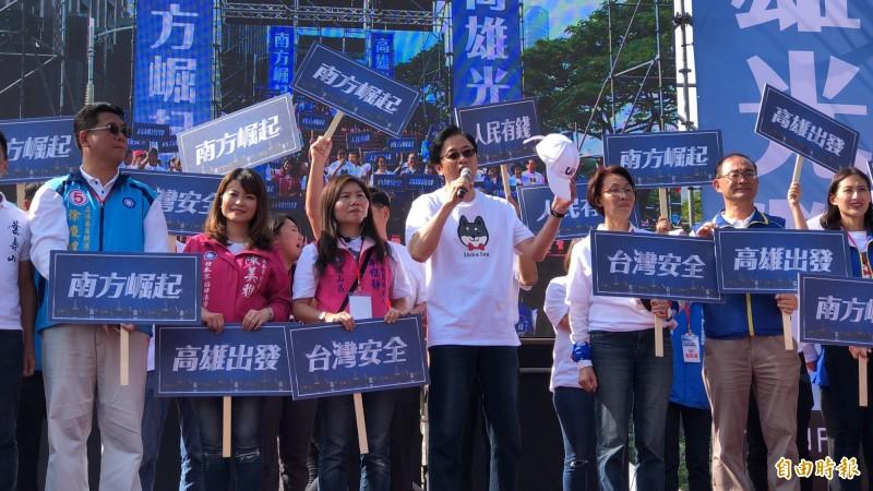 張善政現身挺韓大遊行,口誤「明年罷免蔡英文」。(記者許麗娟攝)