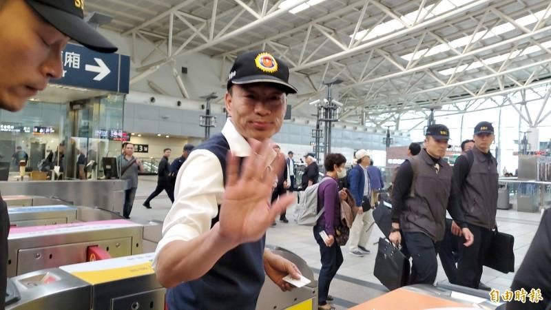 韓國瑜在下午3點48分就出現在左營高鐵站,準備搭高鐵離開高雄。(記者陳文嬋攝)