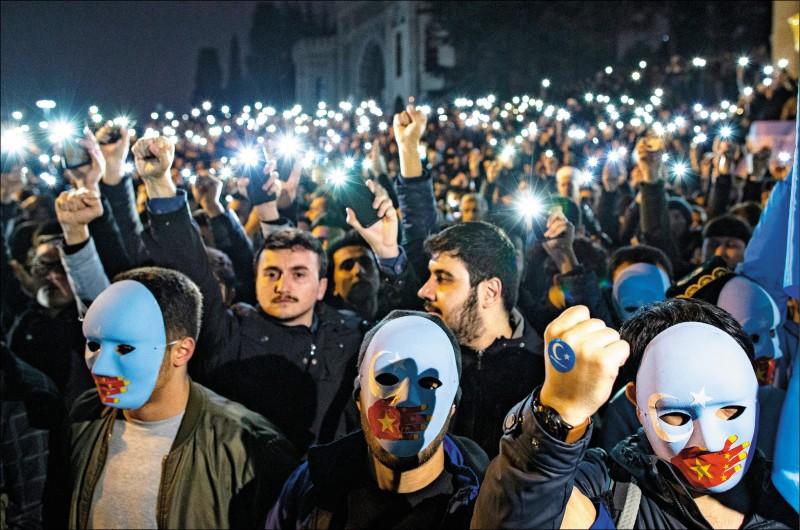 上千名土耳其人與維吾爾族人20日在土耳其第一大城伊斯坦堡舉行抗議中國示威,他們高舉「阻止中國」、「中國殺人犯,滾開東突厥斯坦」等標語、揮舞「東突厥斯坦」旗幟,聲援新疆維吾爾族穆斯林。示威者情緒激昂,指稱德國籍土耳其裔球星厄齊爾聲援維吾爾人的「高貴行動」激勵了他們,因此要站出來讓維吾爾人知道,「他們並不孤單」。(法新社)