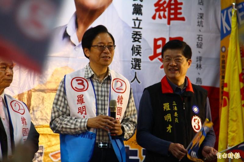 張善政(左)替羅明才(右)站台時,口誤說成支持民進黨區域立委。(記者邱書昱攝)