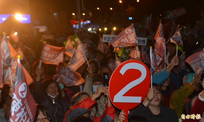陳柏惟(左)今天成立沙鹿競選總部,現場湧進滿滿支持者喊「凍蒜」。(記者陳建志攝)