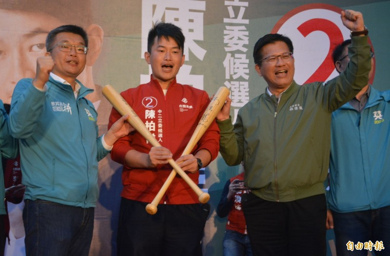 陳柏惟(中)今天成立沙鹿競選總部,交通部長林佳龍(右)、立法院副院長蔡其昌(左)送上簽名球棒。(記者陳建志攝)