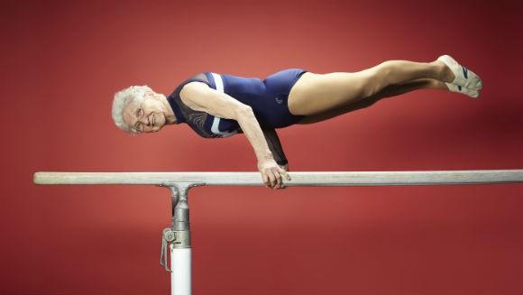 現年94歲的德國老奶奶葵絲,能做出雙槓撐體的高強度動作。(圖取自金氏世界紀錄官網)