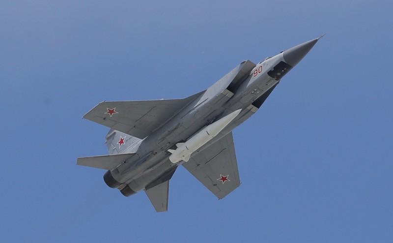 為增強北極戰略,俄羅斯軍方決定將海軍的米格-31戰鬥機裝備最尖端的「匕首」極音速飛彈。圖為2018年俄羅斯閱兵典禮展現裝有匕首飛彈的米格-31戰機。(歐新社)