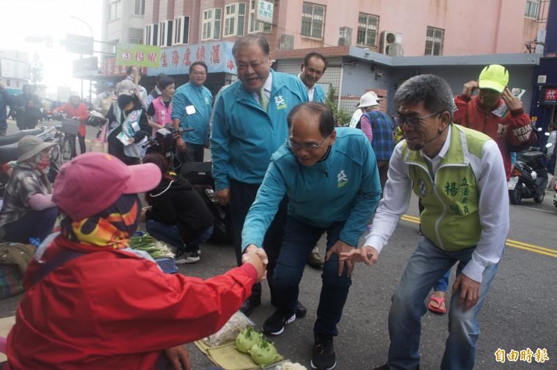 台灣水牛游錫堃(右二)陪同楊曜(右一)在馬公市場拜票。(記者劉禹慶攝)